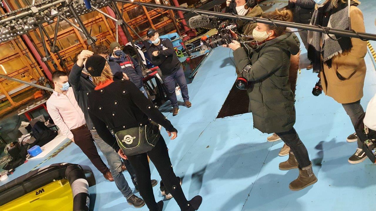 Antoine Albeau équipé de capteurs de mouvement - soufflerie Saint Cyr l'Ecole