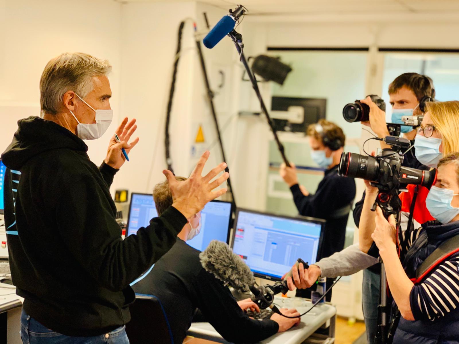 Marc Amerigo face aux journalistes expliquant le projet Zephir dans la soufflerie de Magny-Cours