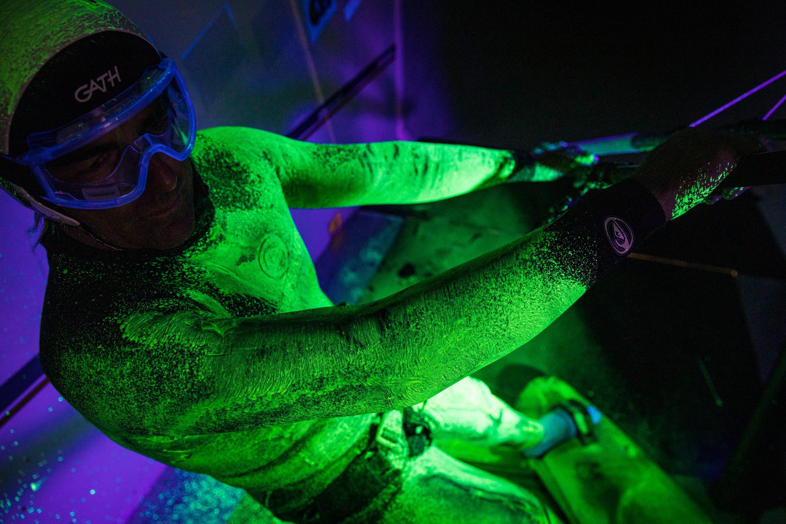 Projet Zephir Antoine Albeau recouvert de peinture fluorescente en soufflerie de Magny-Cours