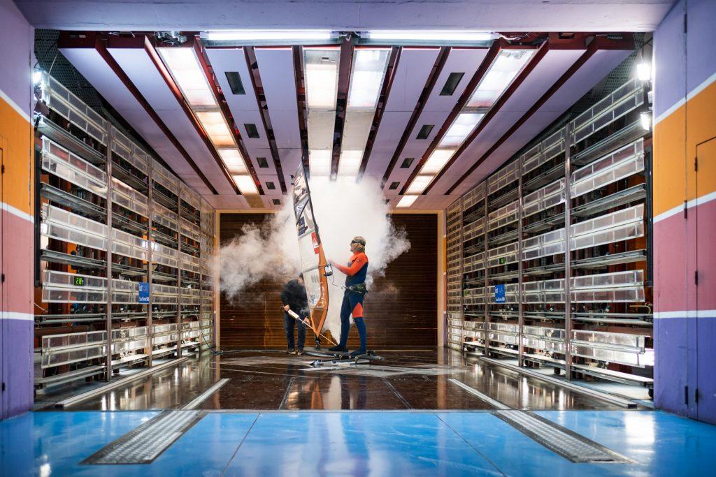 Antoine Albeau dans la soufflerie démarre les essais avec de la fumée de visualisation des écoulements photo Richard Bord